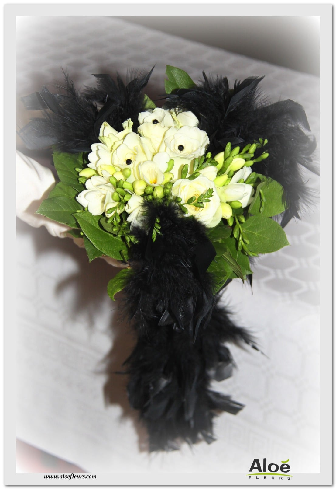 BOUQUET DE MARIEE CONTEMPORAIN PLUMES BLACK & WHITE, FREESIA