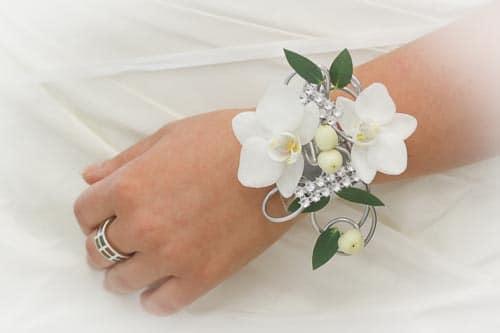 bracelet de fleurs collier et boutonni re de mariage. Black Bedroom Furniture Sets. Home Design Ideas
